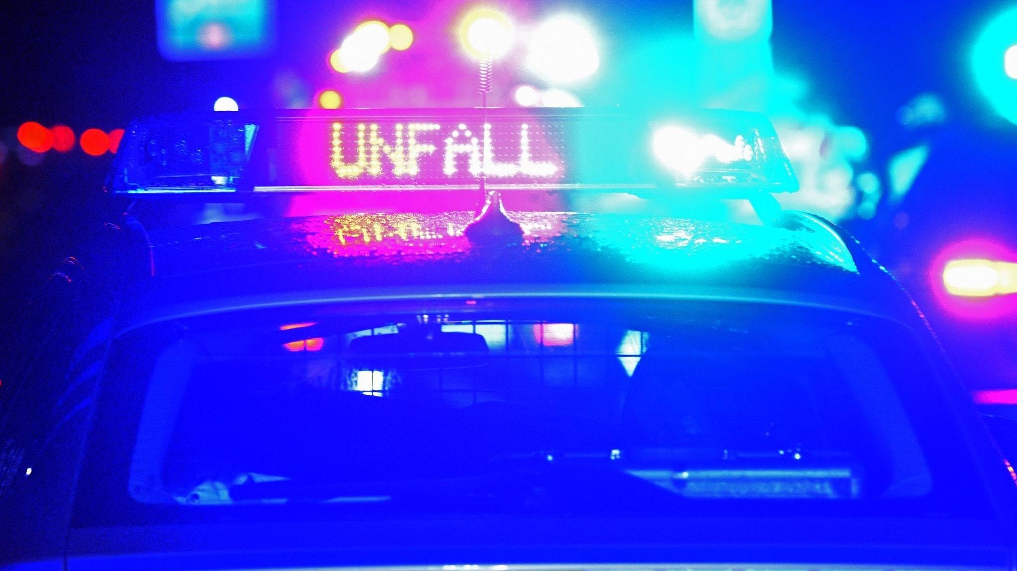 Der Schriftzug «Unfall» leuchtet an einem Streifenwagen. Foto: dpa/Puchner