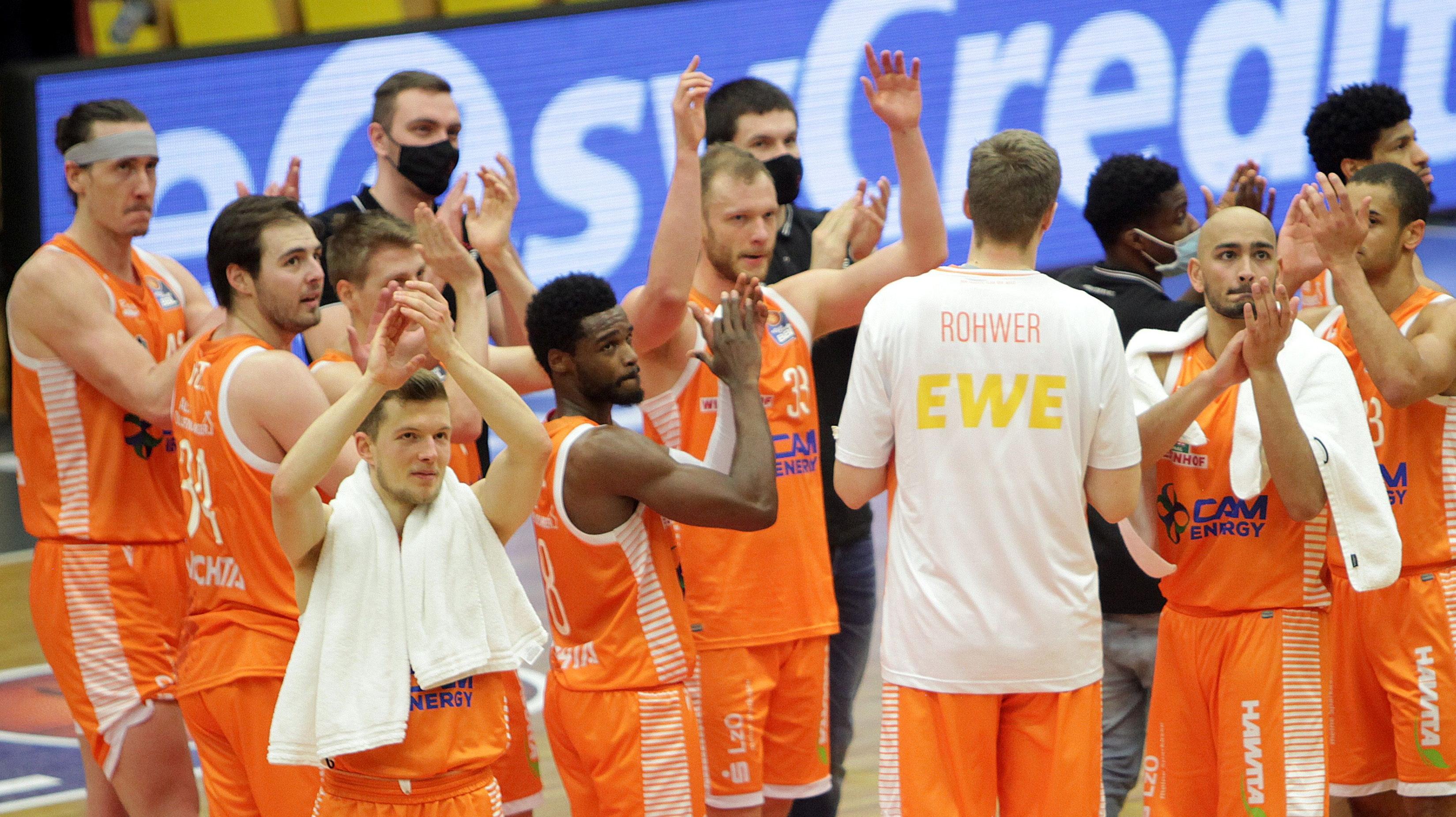 Ein Gruß in den Oberrang: Rastas Spieler nach dem wichtigen Sieg gegen Gießen; im Oberrang saß die Klubführung. Fotos: Schikora
