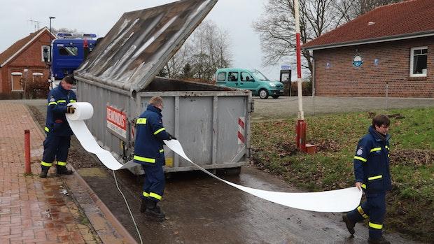 Öl im Barßeler Hafen:Sperren haben weitere Schlieren gestoppt