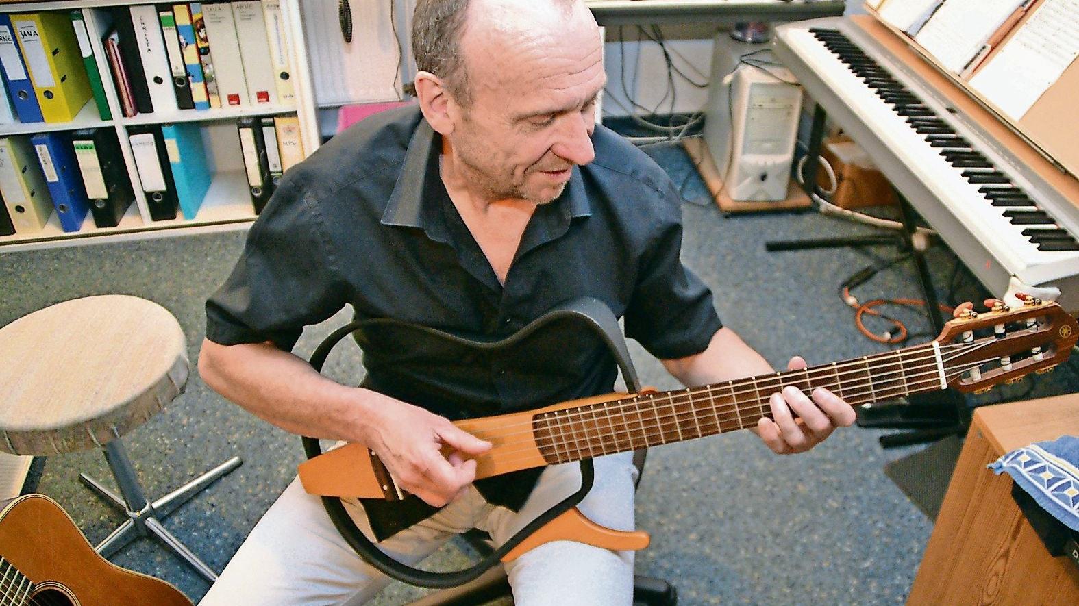 """Musik ist für ihn absolut analog: """"Zebu"""" Klaus Dieter Hildebrandt an der Gitarre. Foto: Claudia Wimberg"""