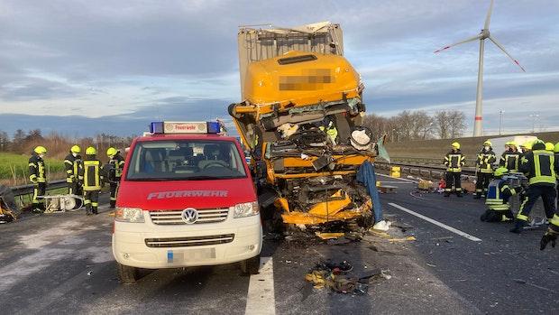 Lkw-Fahrer wird bei Unfall auf A1 schwer verletzt