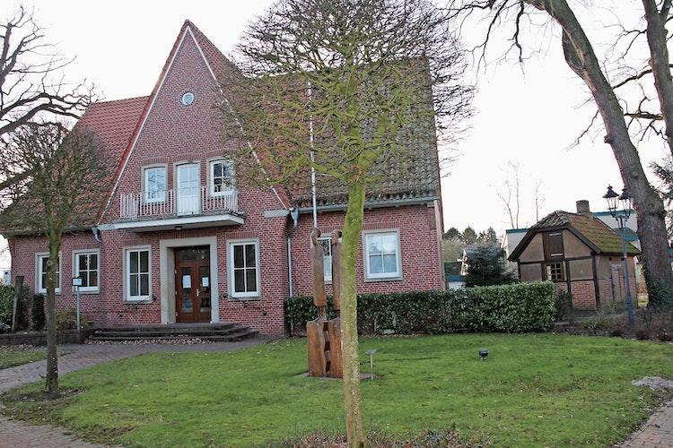 Heimathaus: 2004 übernahm der Heimatverein das ehemalige Gebäude der Gemeindeverwaltung in der Ortsmitte. Rechts die Büterwerkstatt, die der Heimatverein dort 2005 wieder aufbaute.