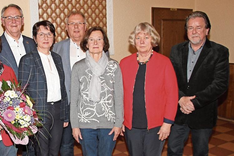 Der aktuelle Vorstand:  Vorsitzender Helmut Künnen (von links), Irmgard Möhlenkamp, Kassenwart Heinrich Flerlage, Margret Rescher, 2. Vorsitzende Hedwig Schute und Schriftführer Gerd Käter.