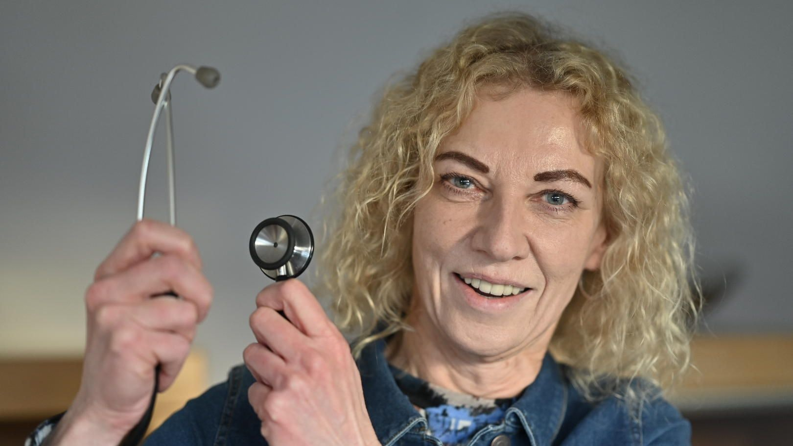 Das Stethoskop gehört zur Grundausstattung: Birgit Krzemien hat es im Einsatz stets dabei. Foto: M. Niehues