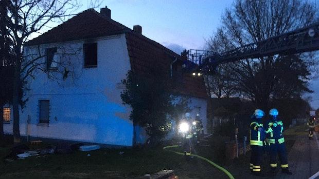 Feuerwehren rücken zu Brand in Unterkunft für Obdachlose aus