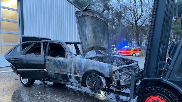 Mercedes geht in Autohalle bei Heidewinkel in Flammen auf