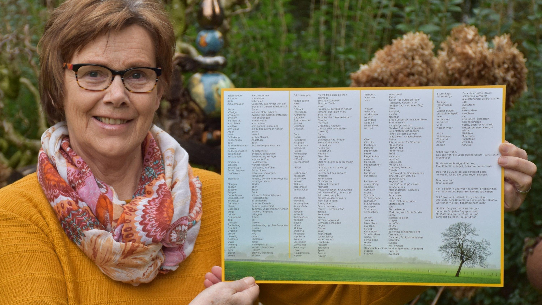 Mit dem neuen Platt-Tischset in der Hand: Gertrud Grotegers aus Dinklage. Foto: Böckmann