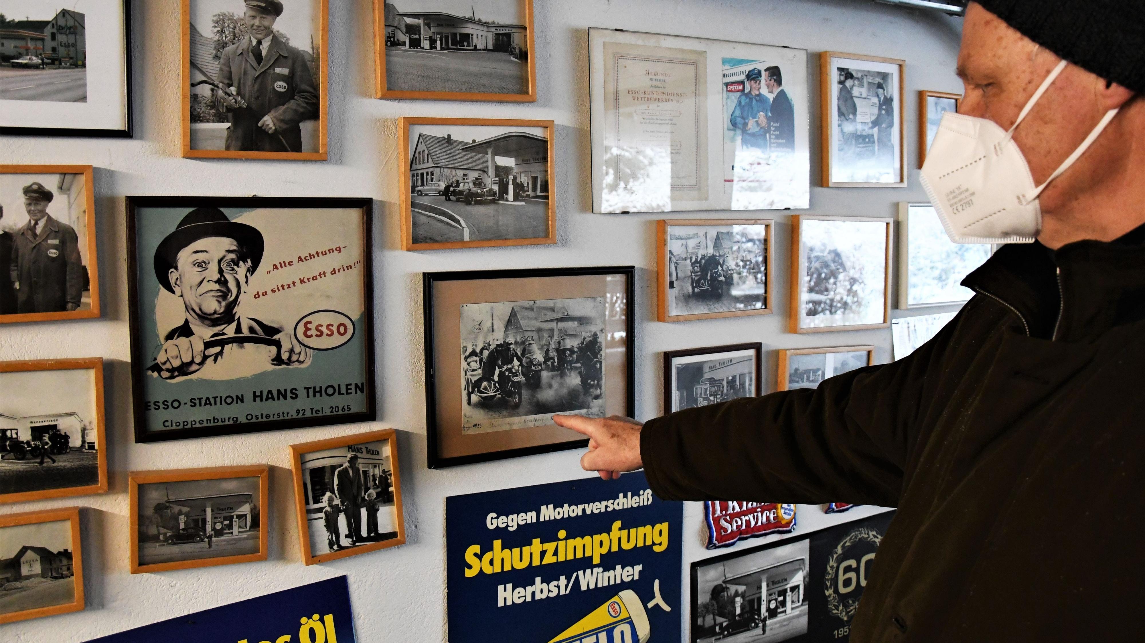 Wand voll Erinnerungen: Hans Tholen jun. hat zwei Garagen voll Erinnerungsstücke gesammelt. Foto: Kreke