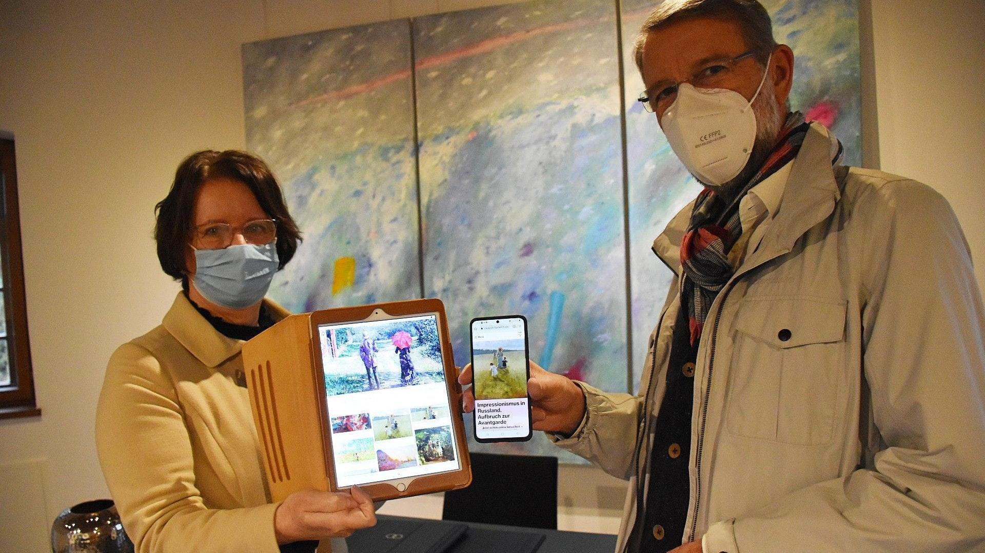 Kunstgenuss digital: Die Vorsitzende Dr. Gertrud Landwehr und ihr Stellvertreter Dr. Jörg Sommer veranschaulichen, wie die Mitglieder via Tablet, Laptop oder Smartphone an den virtuellen Führungen durch die Museen teilnehmen können. Foto: Timphaus