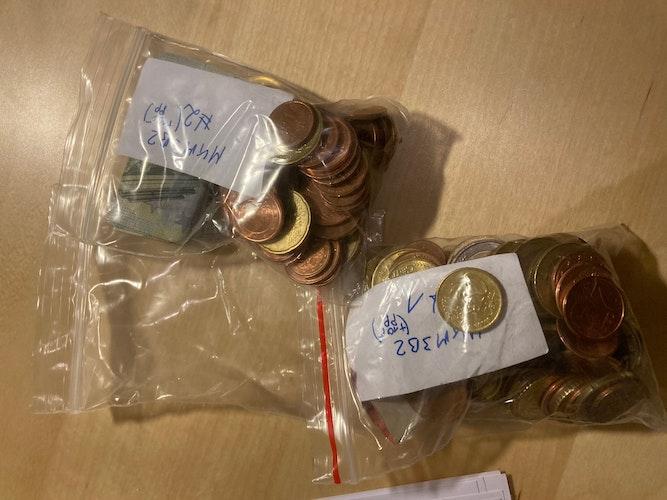 Prall gefüllte Spendentütchen: Insgesamt kamen 28,57 Kilo Bargeld zusammen – ungefähr 2000 Euro. Foto: Kehlenbeck