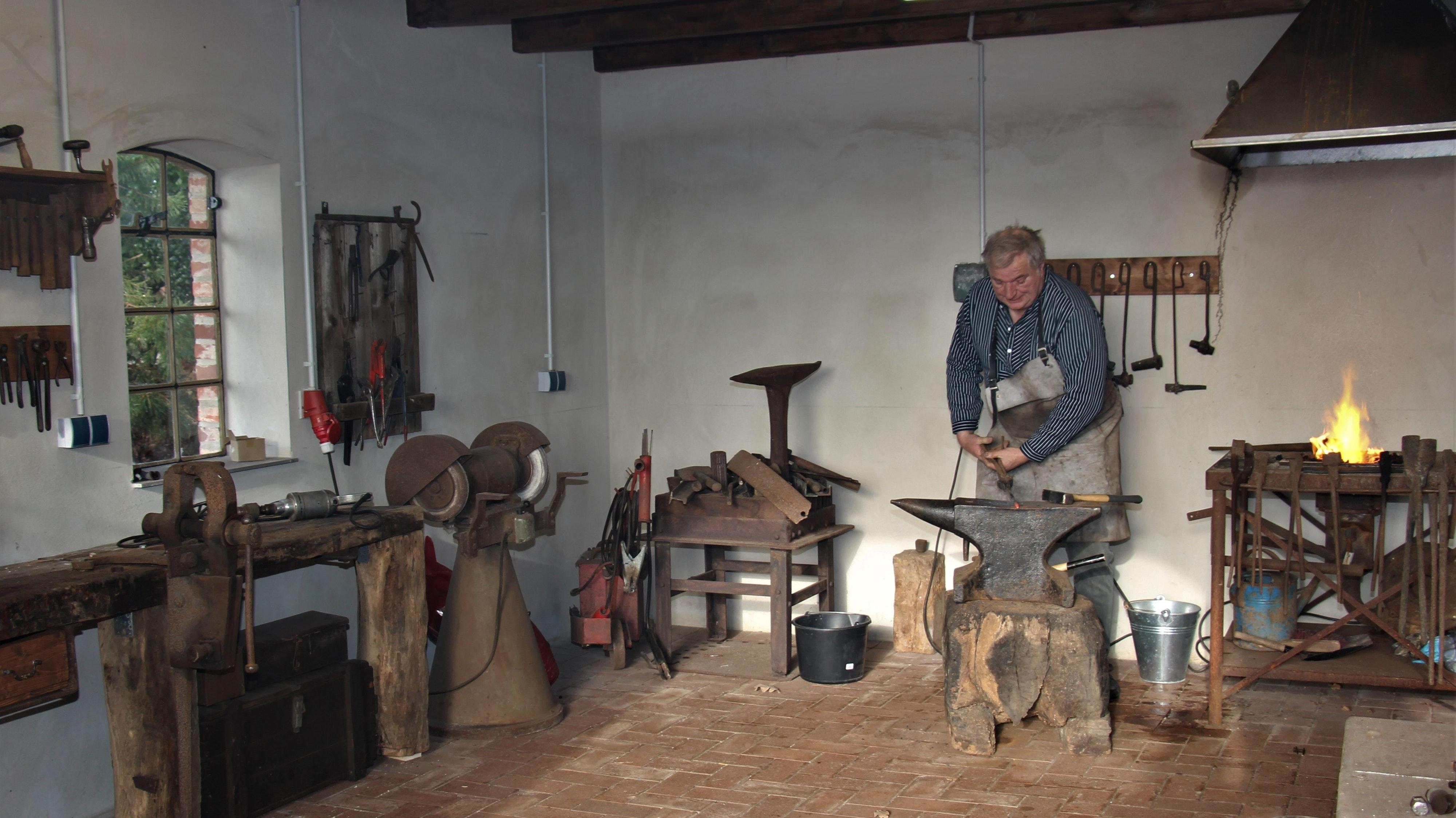 Das Schmiedefeuer lodert: Willi Immken formt die ersten Objekte aus dem weißglühenden Eisen am Amboss. Foto: Wilhelm Funke <br>