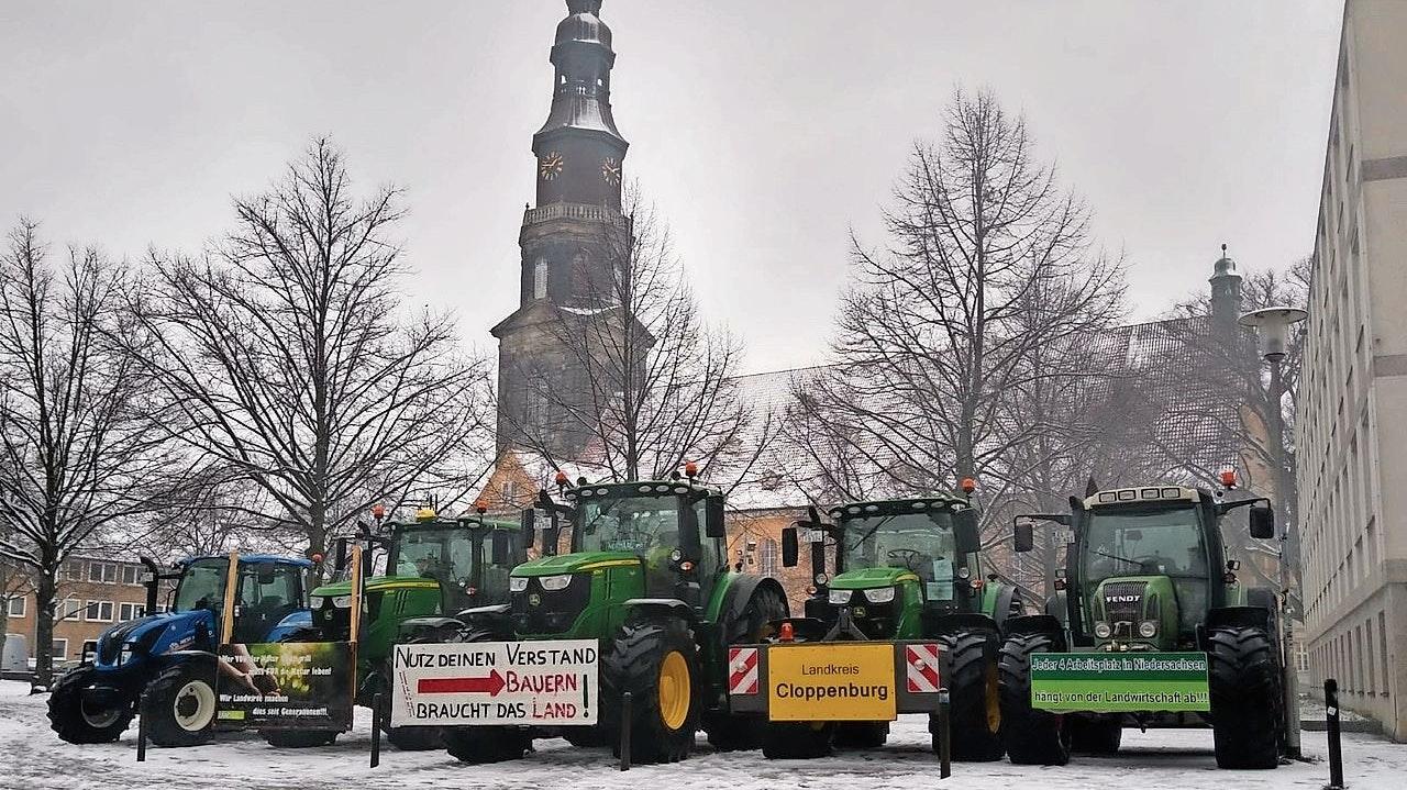 Setzen Zeichen: Die Trecker aus dem Landkreis Cloppenburg stehen seit Freitag vor dem Agrarministerium in Hannover. Foto: Lüllmann