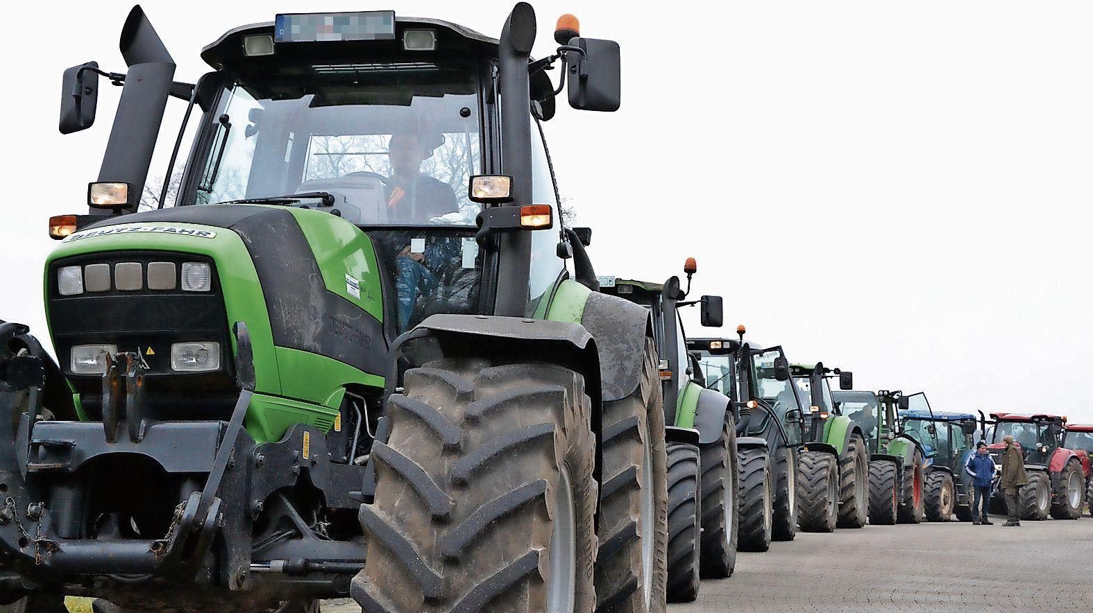 Machen auf sich aufmerksam: Seit Wochen fordern Landwirte eine faire Bezahlung - so wie vergangene Woche, als einige von ihnen aus dem Kreis Cloppenburg nach Lingen aufbrachen. Foto: Meyer