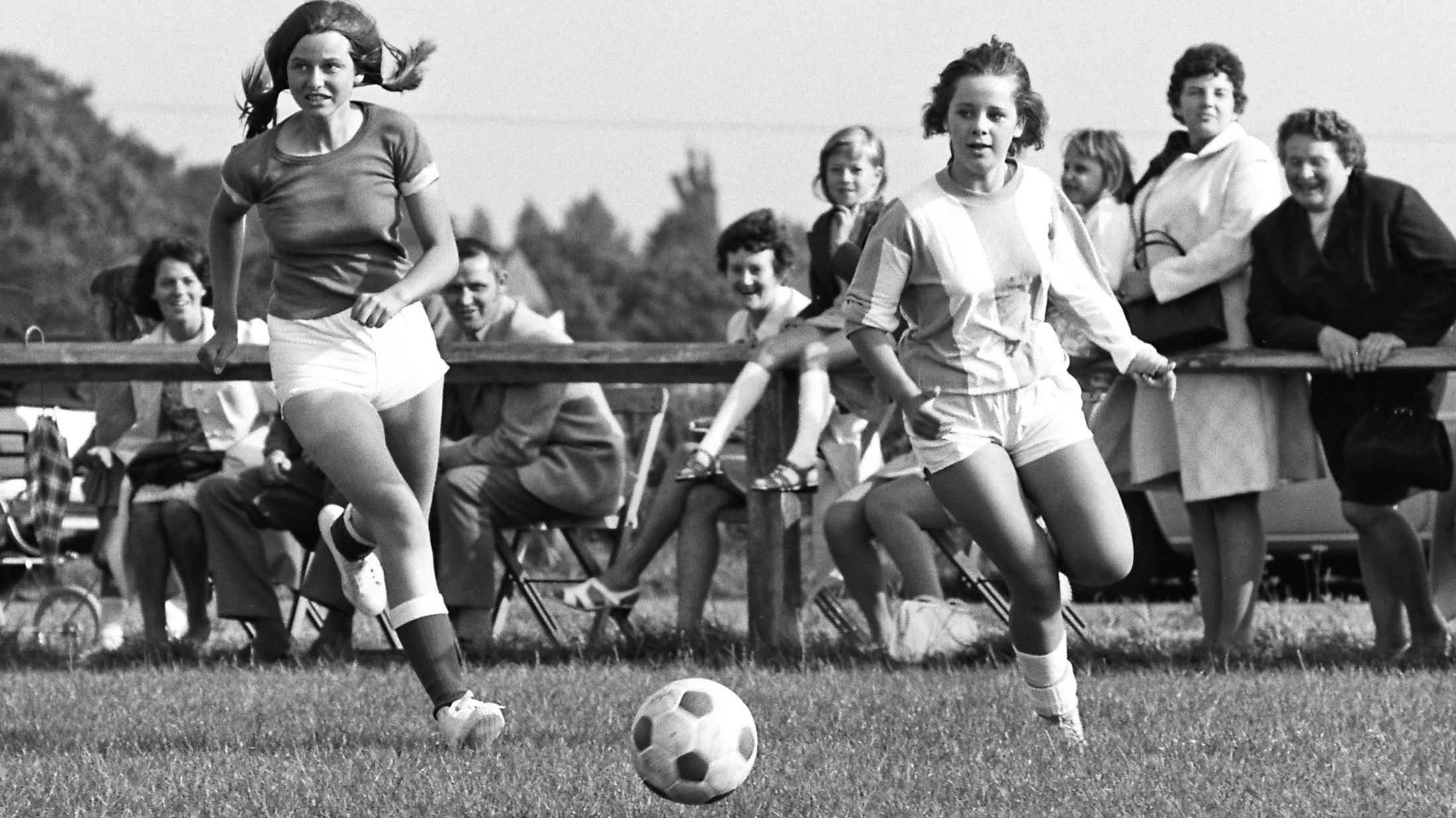 Dieses Foto von 1971 sorgte für Gesprächsstoff: Viele Lutter fragten sich, wer die beiden Fußballerinnen sind. Die Antwort: Maria Freese (links) und Monika Bardelmann. Foto: Archiv