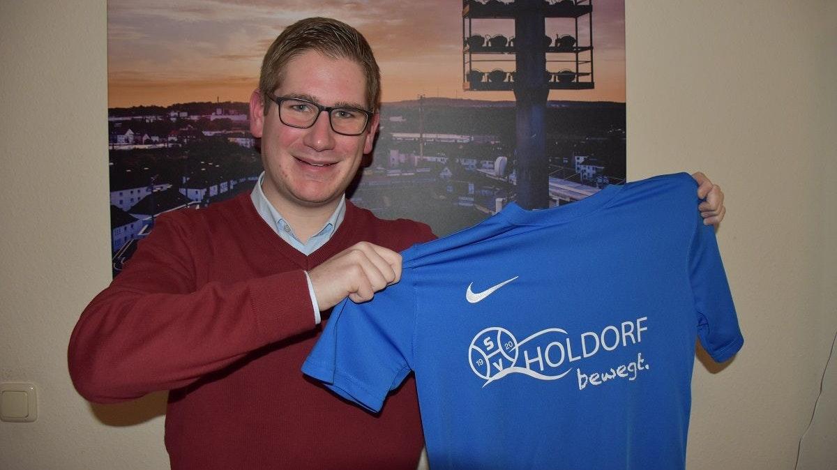 Der SV Holdorf bewegt ihn – und viele andere mehr: Jan-Bernd Echtermann präsentiert ein T-Shirt zur aktuellen Aktion des Vereins für Sportler gegen Hunger. Foto: Klöker