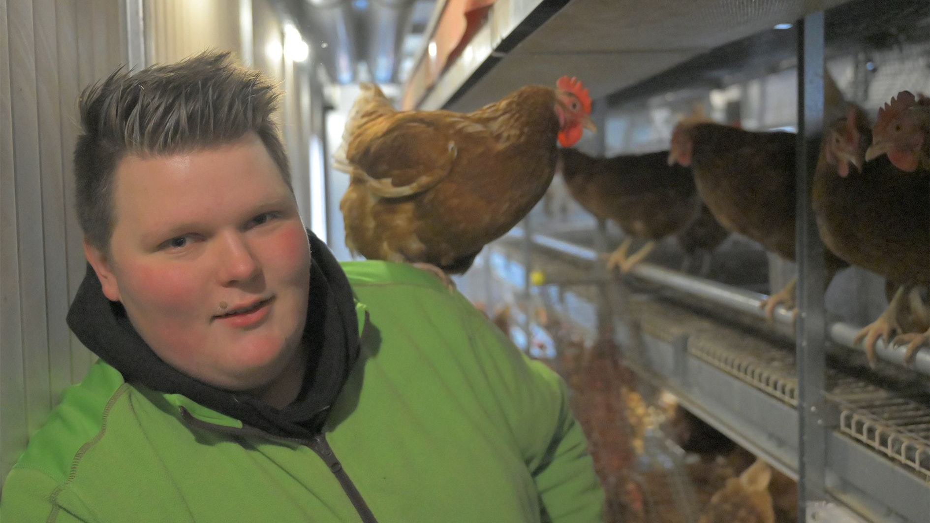 Schnappschuss mit Huhn: Fabian Kurre im mobilen Stall. Foto: Duszat