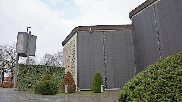 Betonbrocken lösen sich aus Fassade