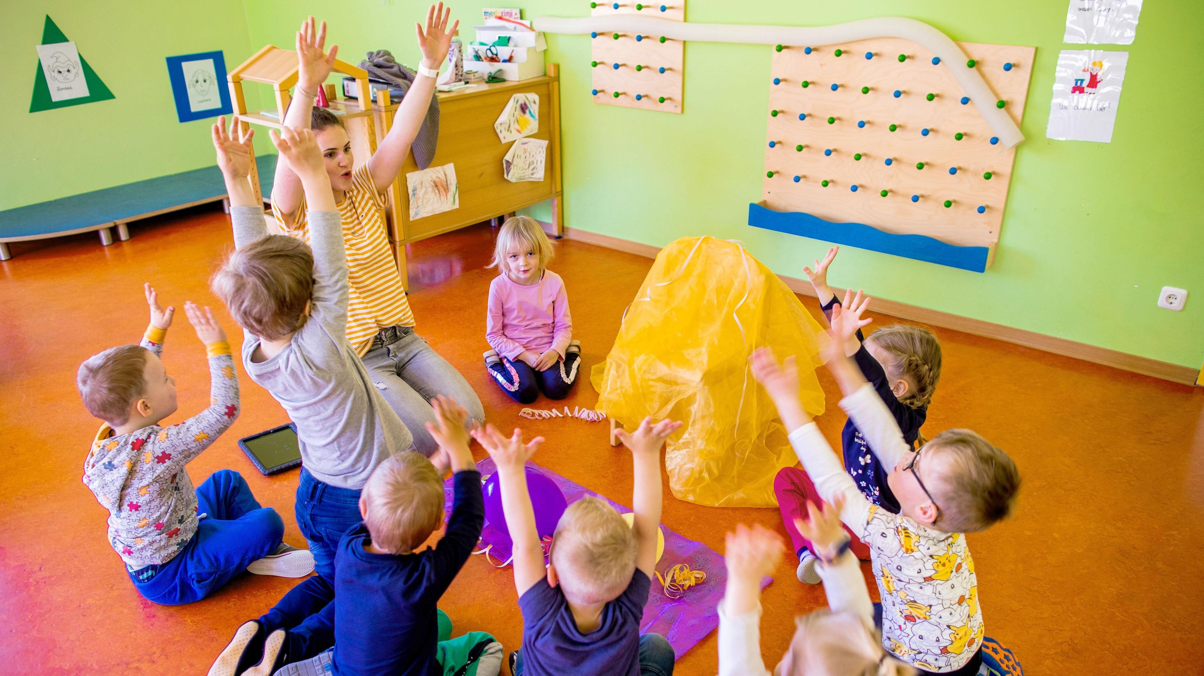Gut aufgehoben: Laut Statistik möchten immer mehr Eltern ihren Nachwuchs in Kindertagesstätten oder bei Tagesmüttern untergebracht wissen. Frühkindliche Bildung wird wertgeschätzt, zudem können die Eltern dann wieder arbeiten gehen. Symbolfoto: Jens Büttner/dpa