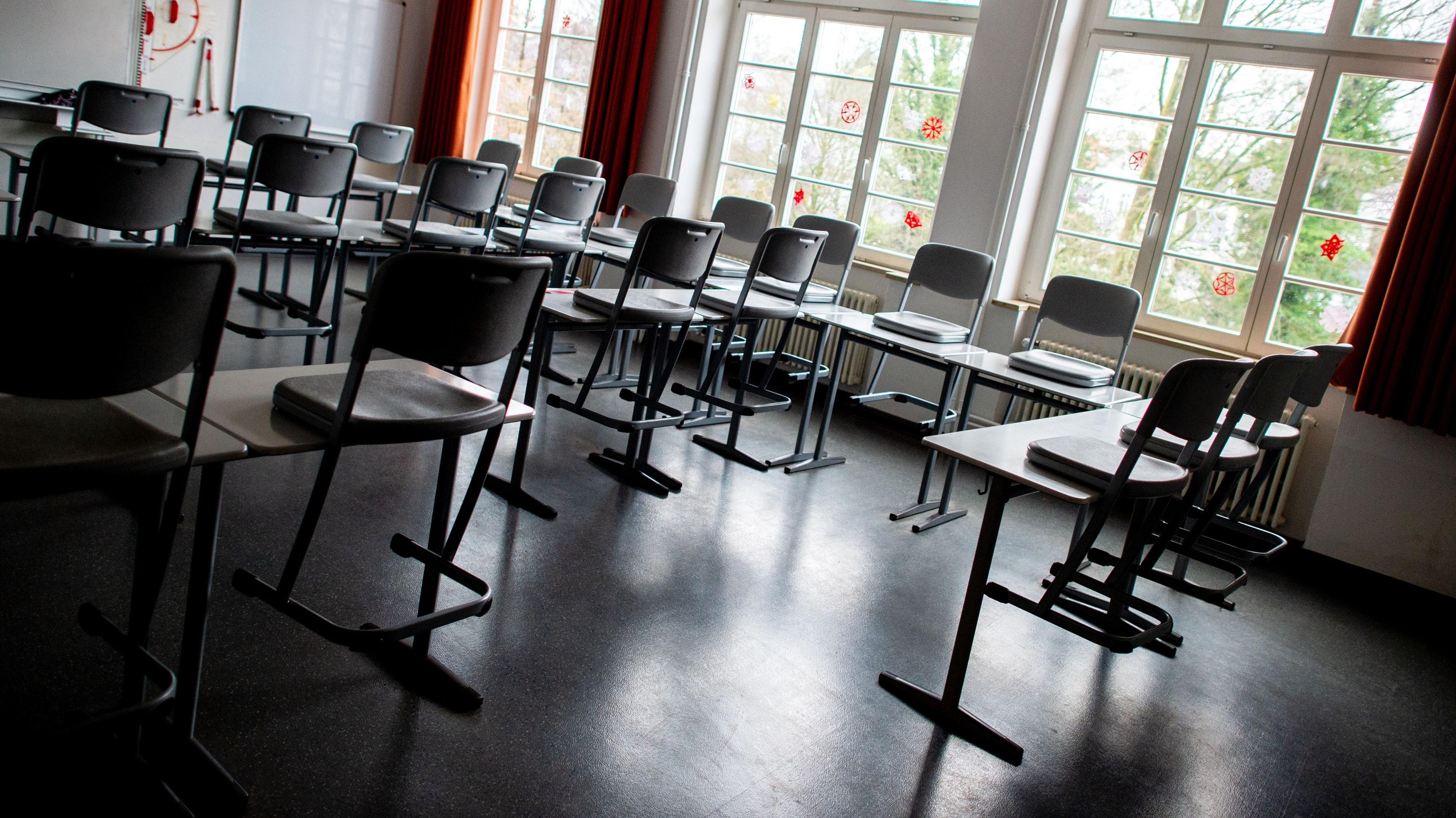 Bisher ist es hier noch meist still: Die Schulen öffnen in den nächsten Wochen wieder Stück für Stück. Bei der pandemiegerechten Ausrüstung können sie nun von zusätzlichem Geld der Landesregierung profitieren. Symbolbild: dpa