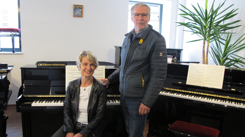 Das soll's sein: Birgit Meyer-Beylage und Franz Kröger vom Vorstand des Mühlenvereins hoffen auf zahlreiche Spenden, damit das Grotrian-Steinweg-Klavier für das Kulturzentrum Alte Wassermühle angeschafft werden kann. Foto: Mühlenverein