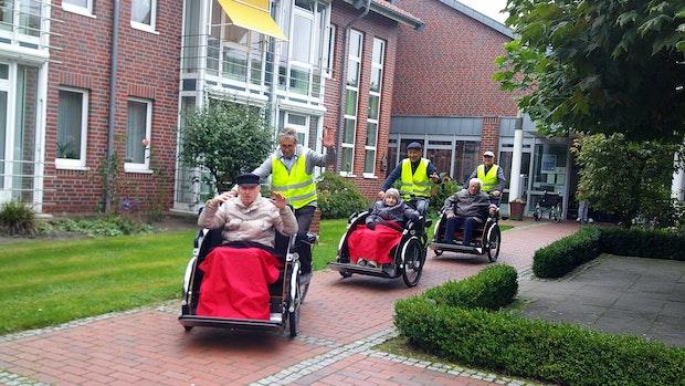 Senioren genießen den Fahrtwind