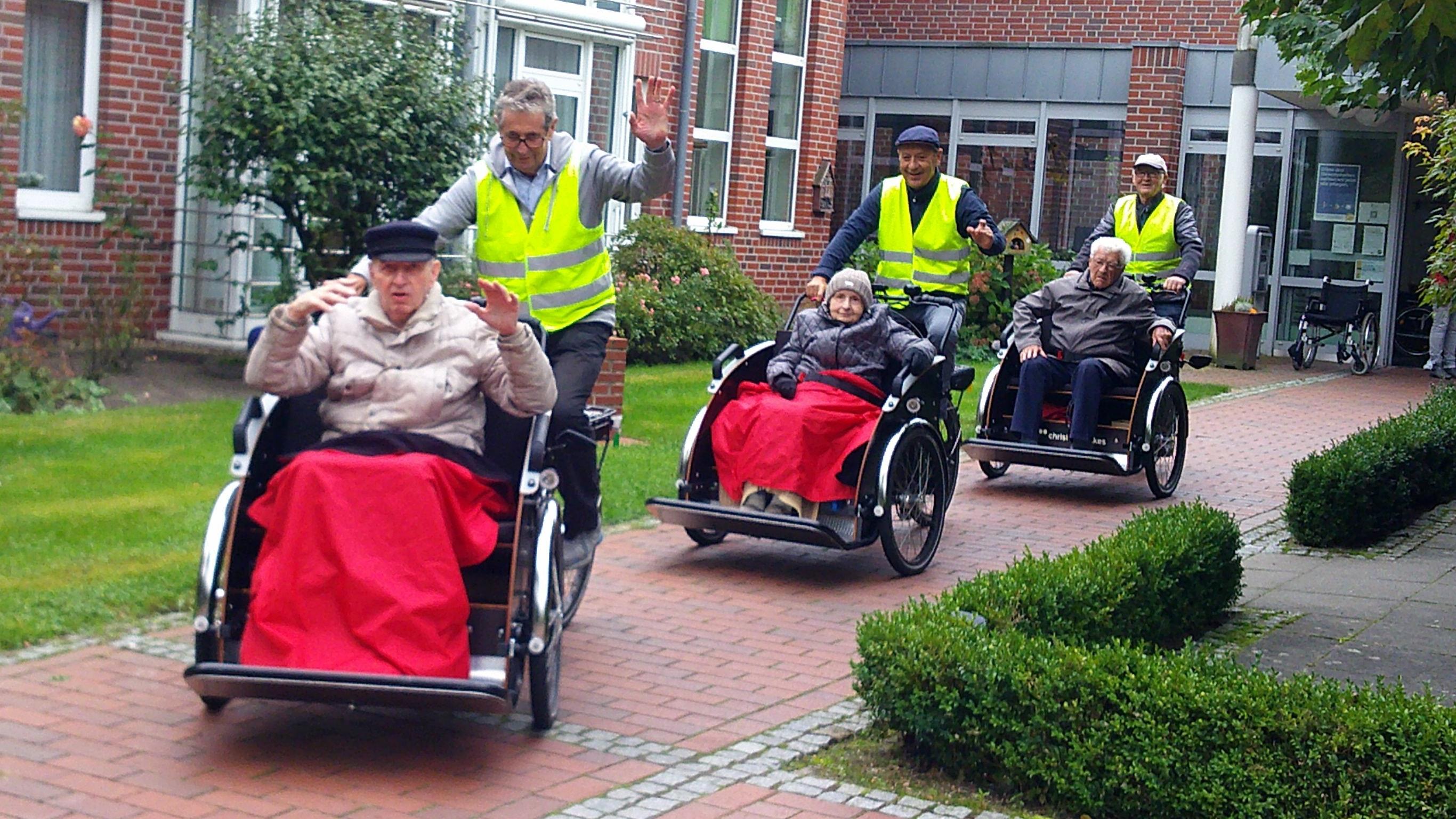 Auf geht's: Gut gelaunt machten sich die 3 Rikschafahrer mit ihren Fahrgästen auf den Weg.  Foto: Osterloh