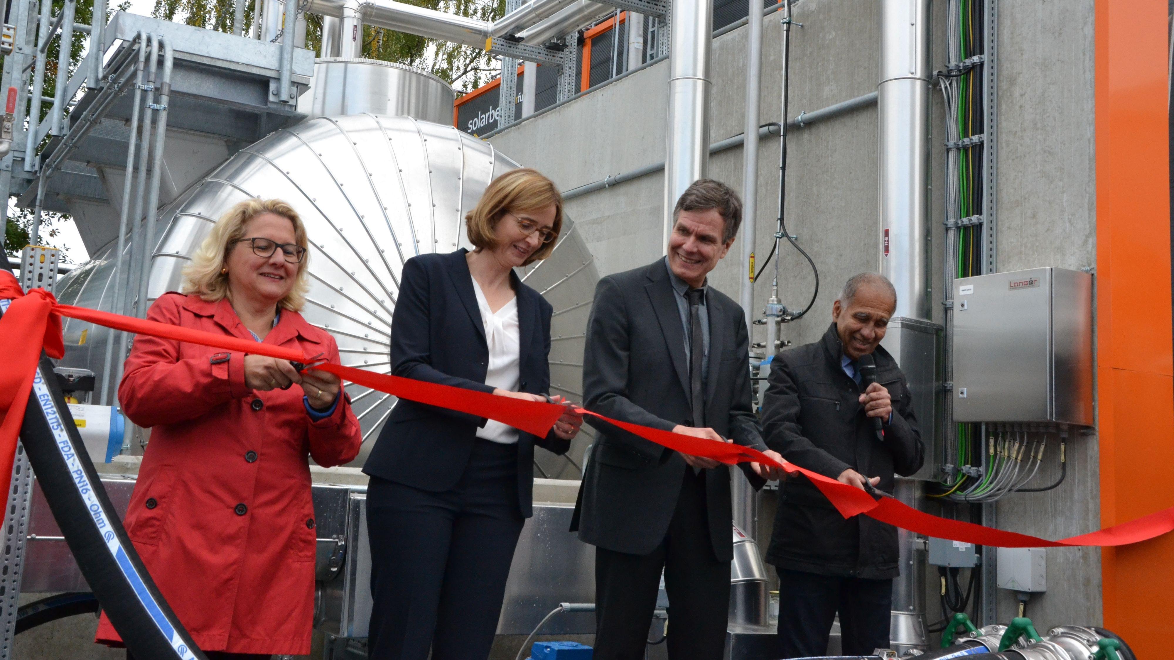 Eröffnet: Bundesumweltministerin Svenja Schulze (von links), Dorothea von Boxberg (Lufthansa Cargo), Dr. Dietrich Brockhage und Schirmherr Mojib Latif durchschneiden das Band.  Foto: G. Meyer