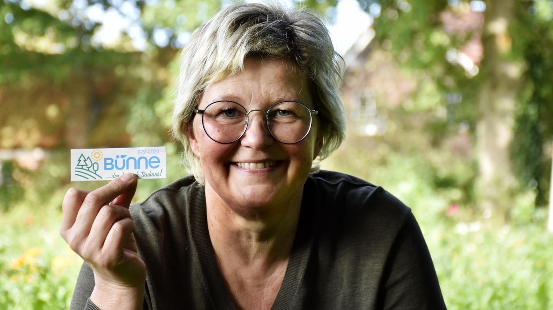"""Der Bünne-Sticker hängt auch schon am Nordkap: Claudia Meyer-Scott und ihre Mitstreiter wollen so den Verein """"Bünne erleben"""" bekannter machen. Foto: Scholz"""