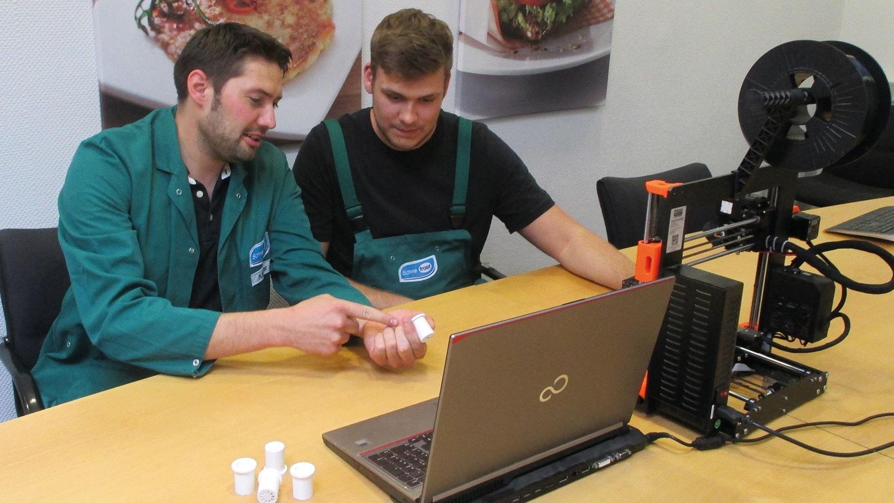 Die Düse, die aus Kartoffeln Kroketten macht: Alexander Kuper (links), Technischer Ausbilder und Marlin Ahlers, Auszubildender zum Mechatroniker, kontrollieren die Produkte aus dem 3D-Drucker. Foto: Schne-frost
