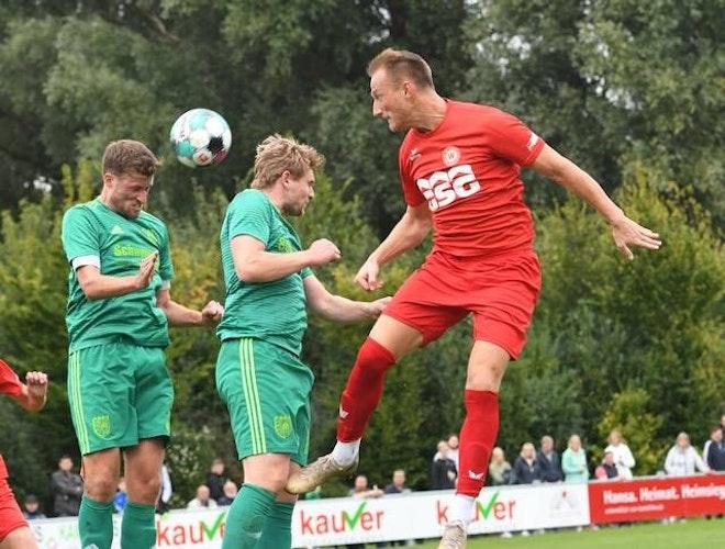 Kopfballduell: Sebastian Plog (links) und Janek Siderkiewicz starten mit Friesoythe in die Rückrunde. Foto: Wulfers