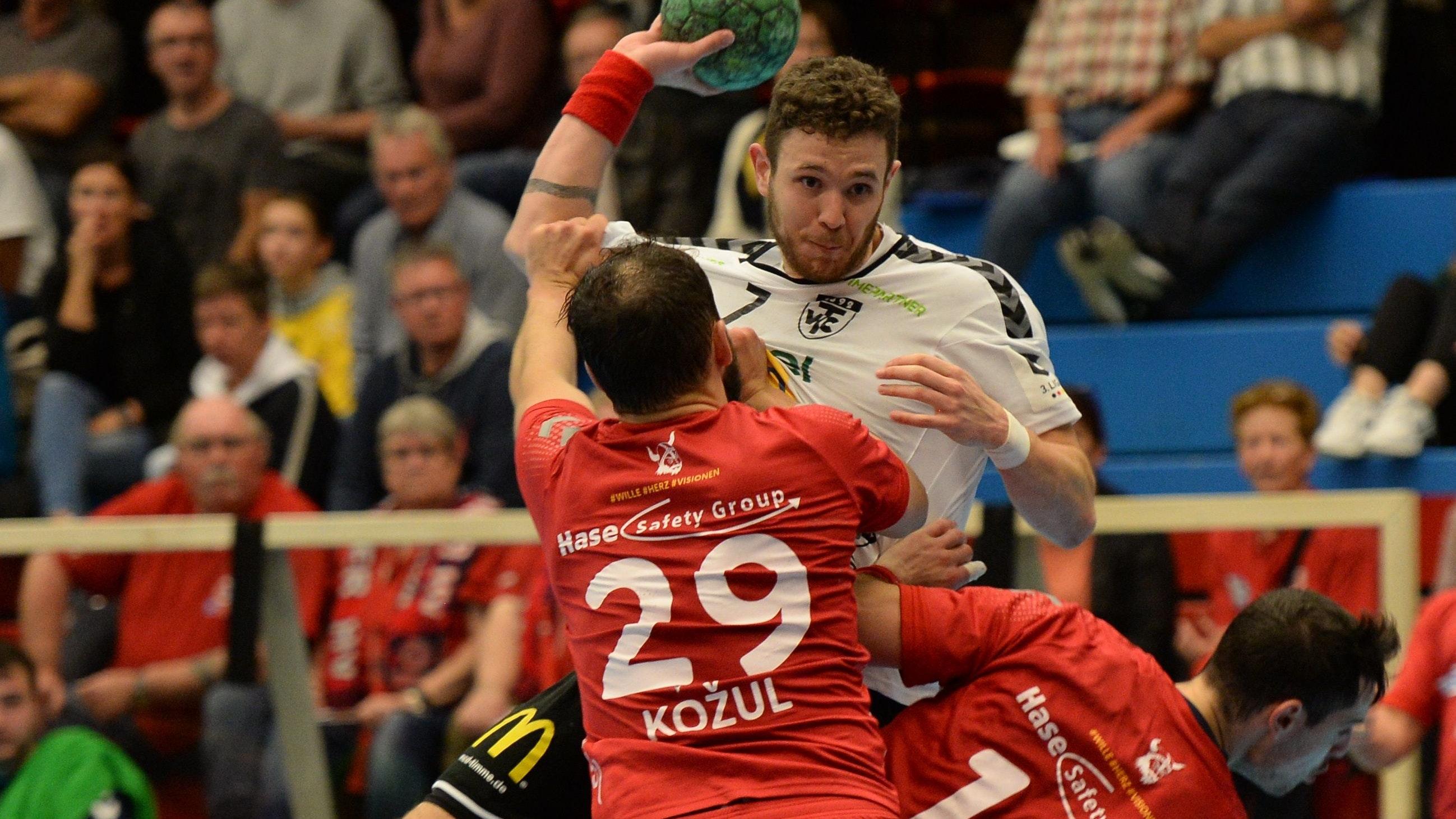 Jetzt aber: Bence Lugosi (am Ball, im Spiel beim Wilhelmshavener HV) möchte mit dem TVC endlich punkten. Eine Erkältung unter der Woche hat der Cloppenburger auskuriert. Foto: Langosch