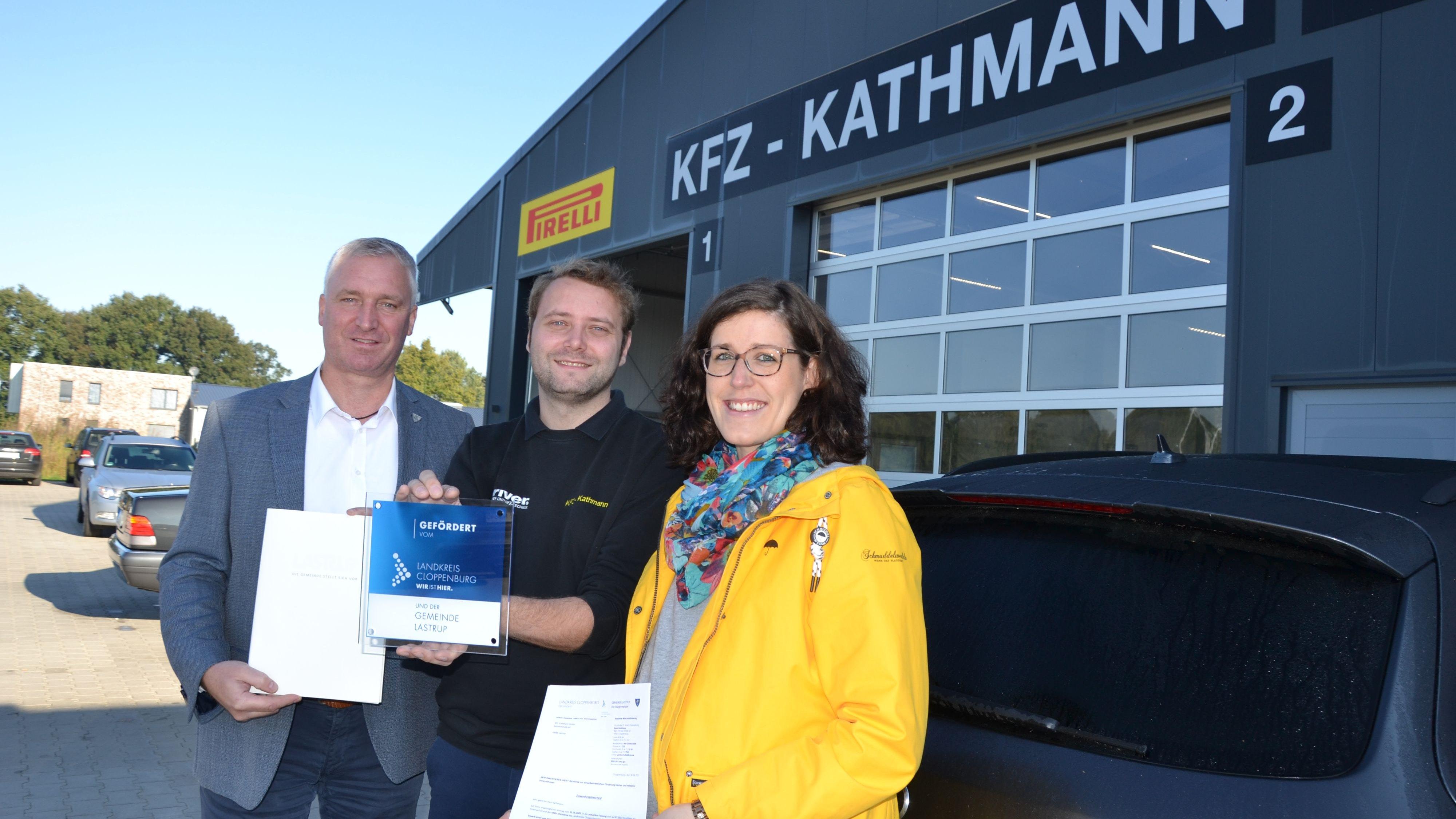 Wohlverdient (von links): Michael Kramer überreicht Andreas und Anne Kathmann den KMU-Förderbescheid. Foto: G. Meyer