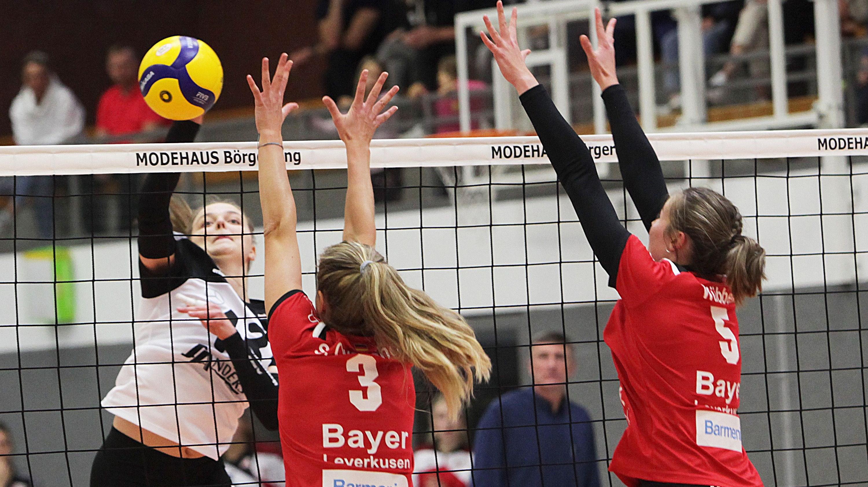 Wo ist die Lücke? Oythes Jule Nuxoll (links) beim Versuch, den Block von Bayer Leverkusen zu überwinden. Foto: Schikora