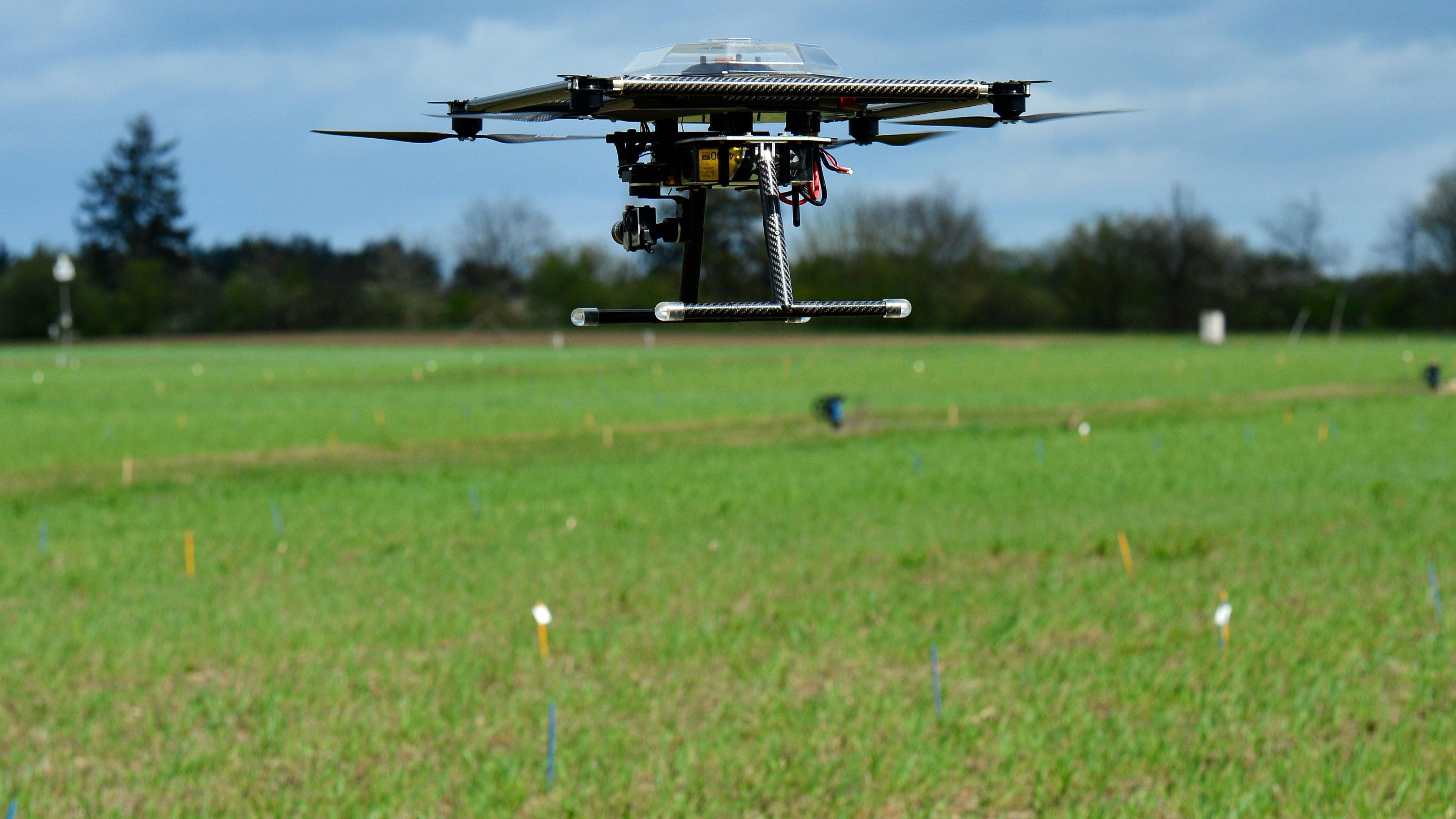 Aufbruch in die Zukunft: Drohnen sind wichtige Hilfsmittel bei der Sammlung von Daten im Pflanzenbau. Symbolfoto: dpa/Gambarini
