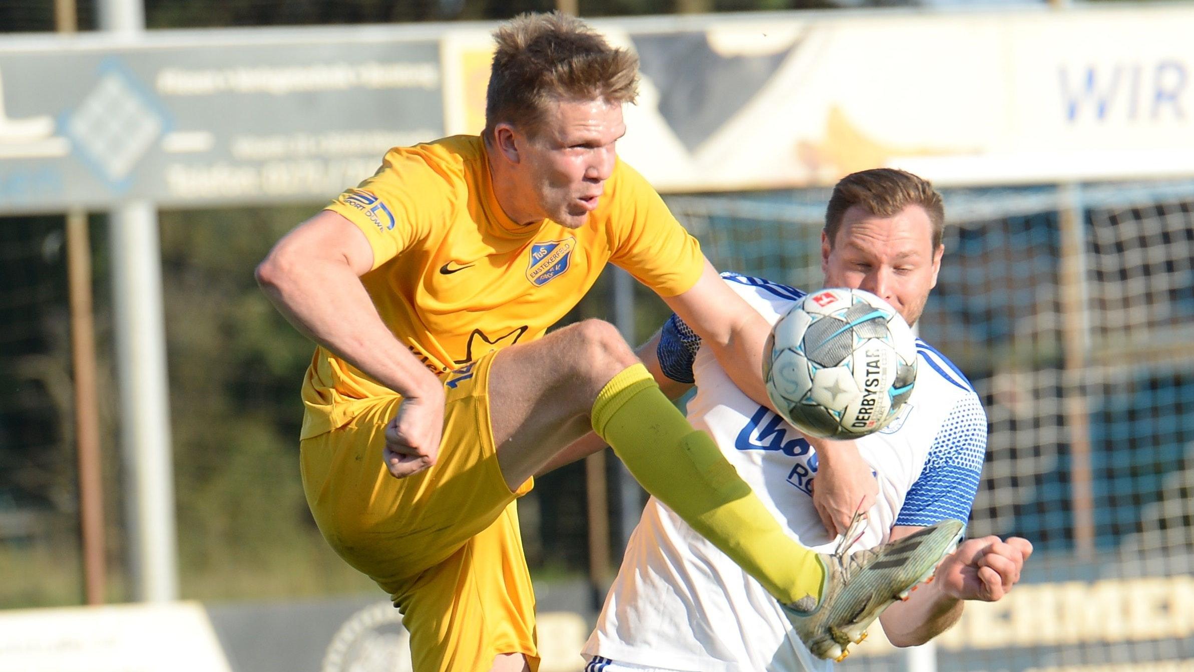 Schritt voraus: Linus Funke (in Gelb) behauptet sich hier gegen Christoph Blancke und landete mit seinem TuS Emstekerfeld einen 2:0-Sieg beim SV Altenoythe. Foto: Langosch