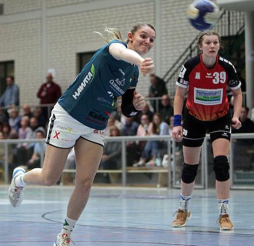 Kam spät und warf noch fünf Tore: Svenja Ruhöfer, hier beim Siebenmeter. Foto: Schikora