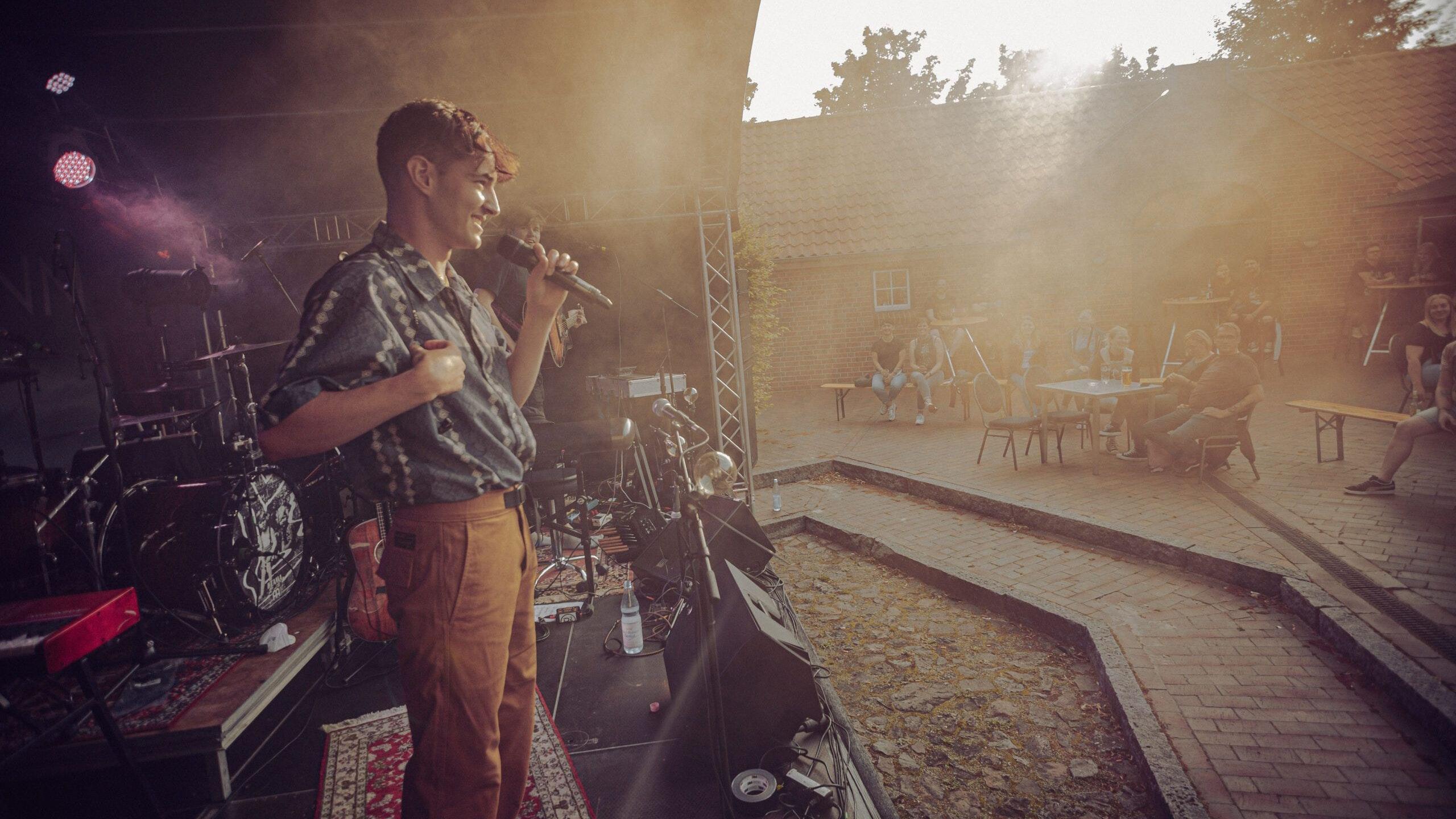 """Live-Musik unter freiem Himmel: Die Band """"Raum27"""" trat im Sommer im Innenhof des Gulfhauses auf. In den kommenden Monaten wird das Konzertgeschehen in den Saal der städtischen Einrichtung verlagert. Foto: Droping.de/Alexander Penndorf <br>"""