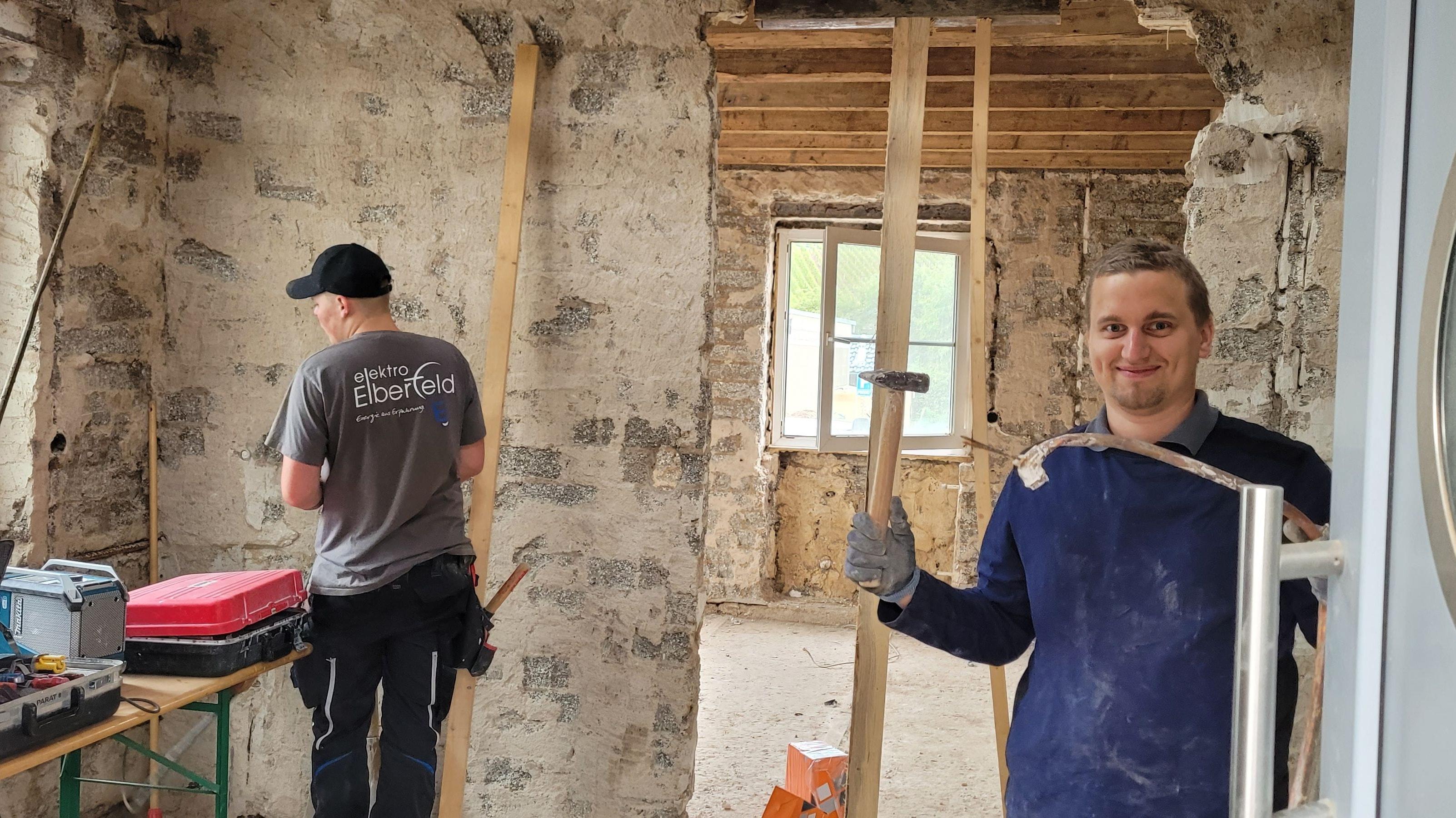 Rohbau: Schutt und Schlamm sind weg, Jens Arnemann (links)und Jan Fugel verlegen neue Stromkabel. Die beiden Elektriker sind mit weiteren Kollegen aus Thüle nach Dernau gefahren, um zu helfen. Foto: Elektro Elberfeld