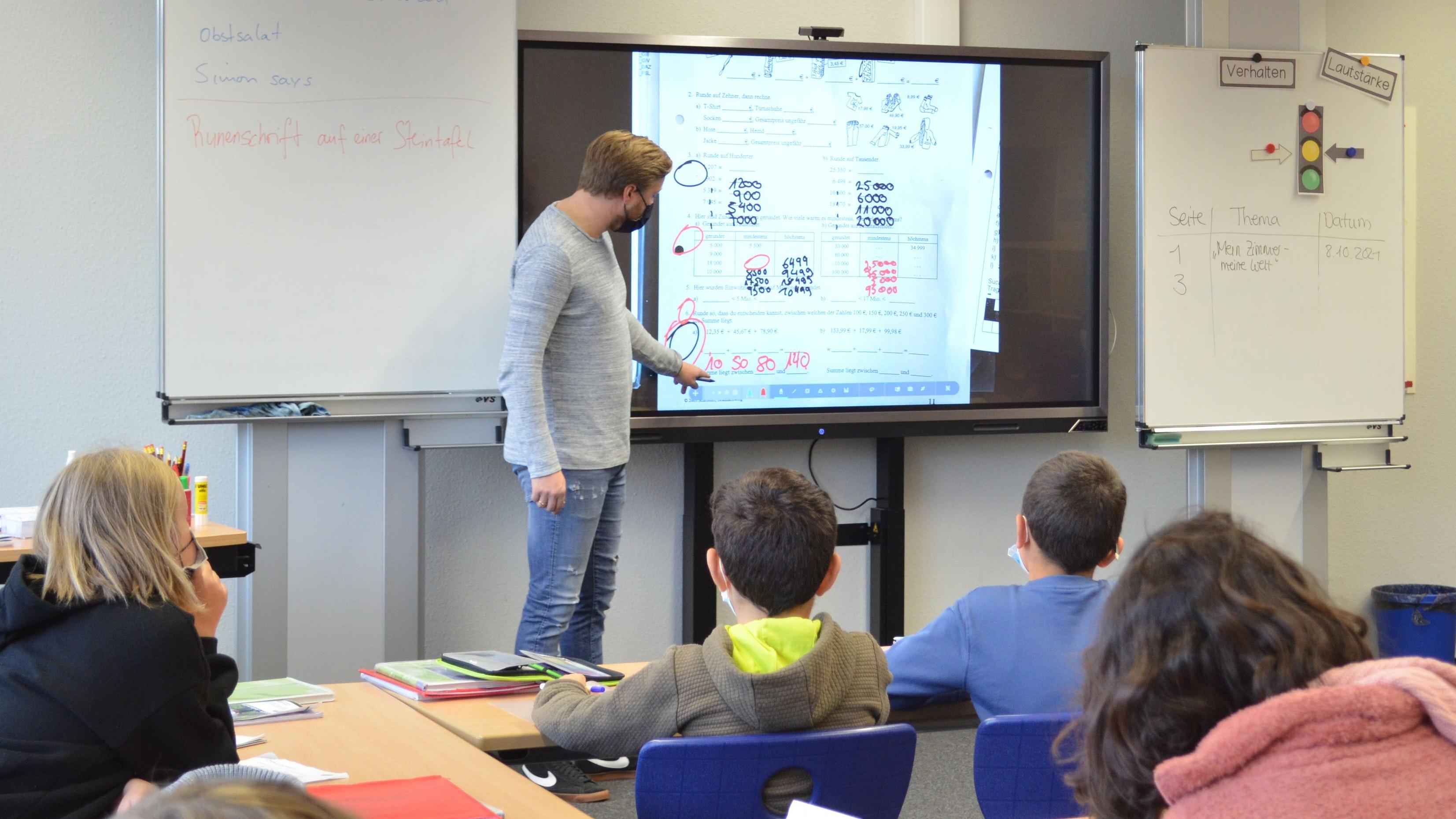 Digitale Technik im Unterricht: In den Schulen in Trägerschaft der Stadt Vechta, wie hier an der Geschwister-Scholl-Oberschule, sind in Kürze sämtliche Klassenräume mit interaktiven Displays ausgestattet. Foto: GSO/Gärtner