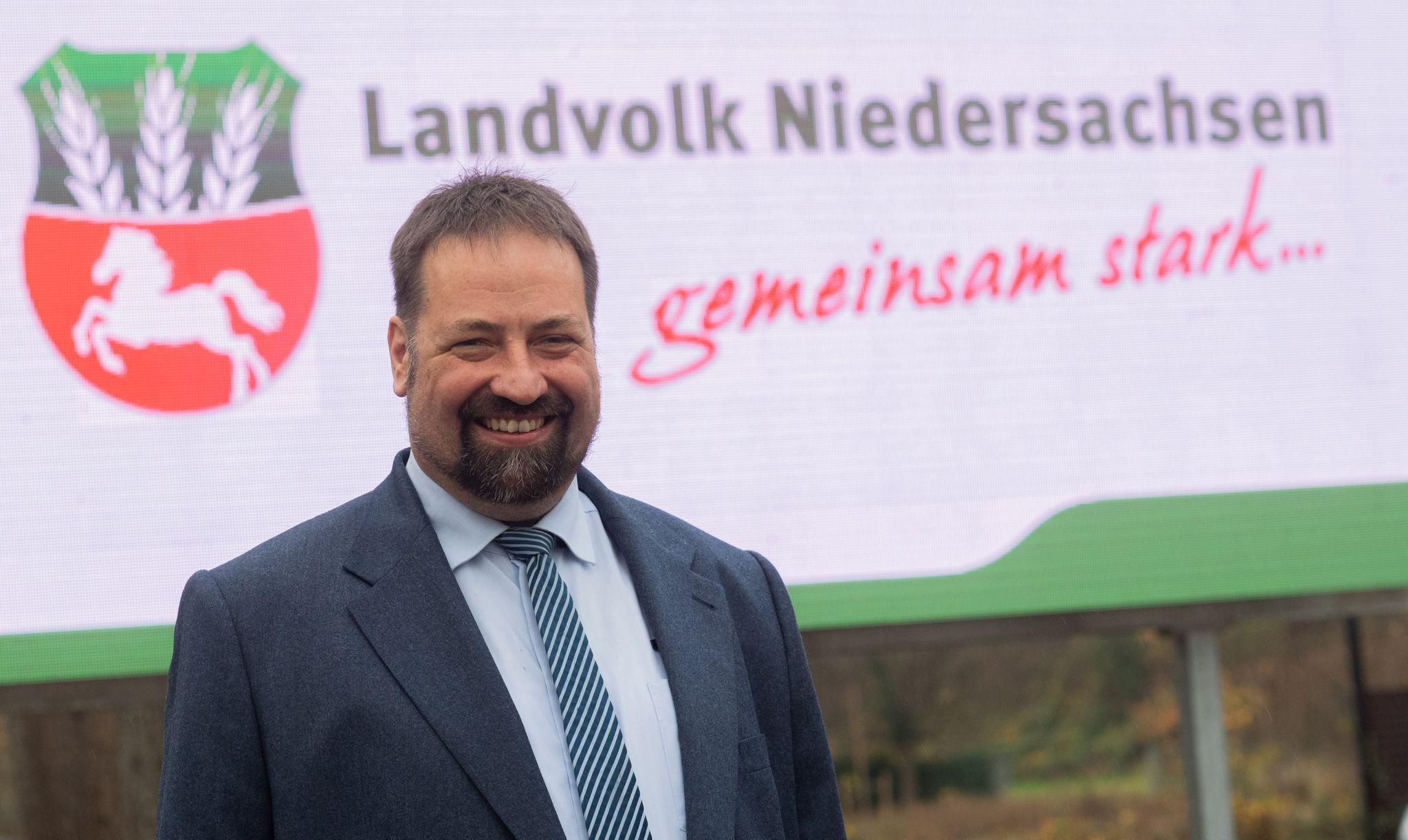 Holger Hennies steht vor der Mitgliederversammlung des Landvolk Niedersachsen. Foto:dpa/Stratenschulte