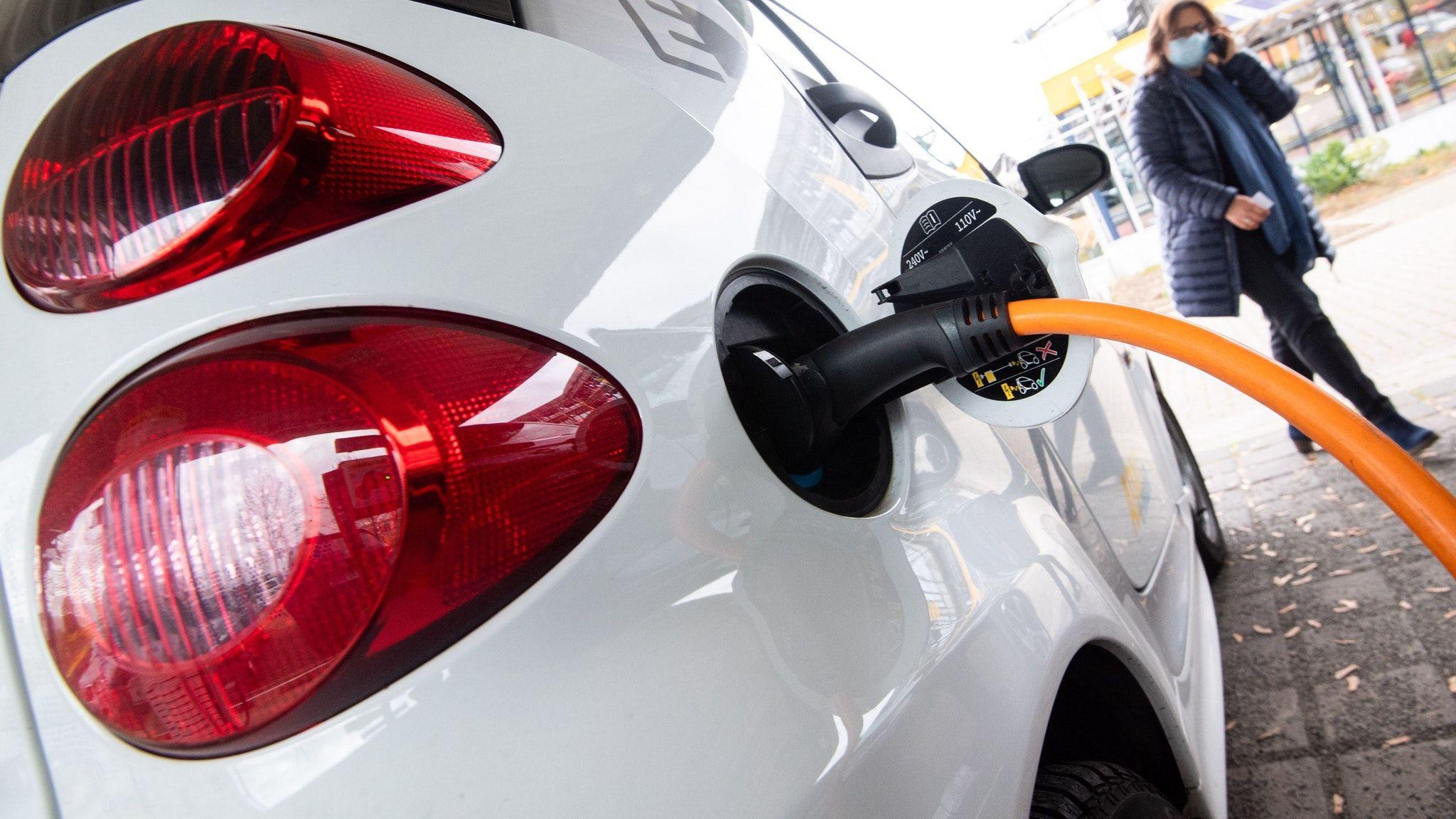Im Kommen: Der Anteil von E-Fahrzeugen nimmt zu. Dafür werden Ladestationen gebraucht. Symbolfoto: dpa/Stratenschulte