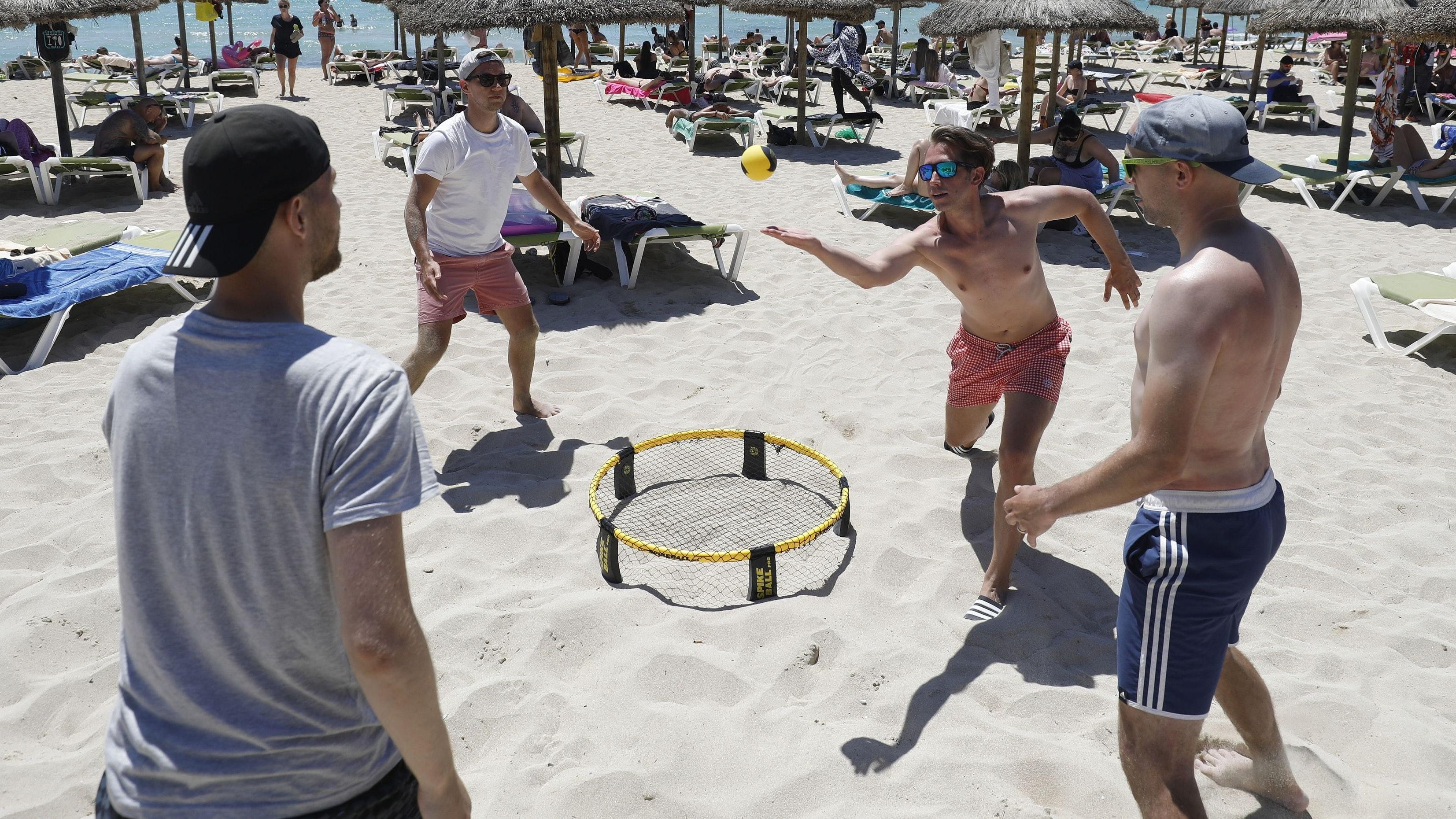 Trendsport: Spikeball kann am Strand, auf der Wiese oder in der Halle gespielt werden – und künftig auch beim SV Hansa. Symbolfoto: dpa/Margais