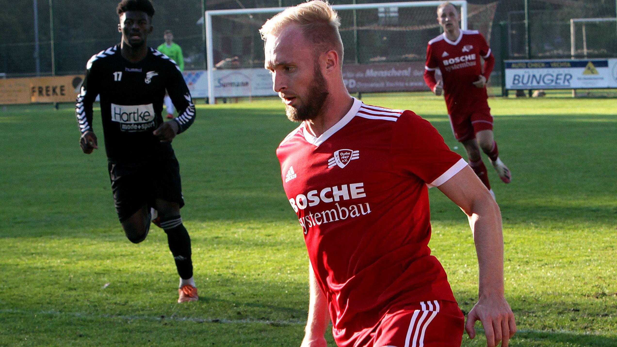 Druck über die Außenbahn: Oythes Offenspieler Janek Jacobs, hier im Derby gegen Falke Steinfeld. Foto: Schikora