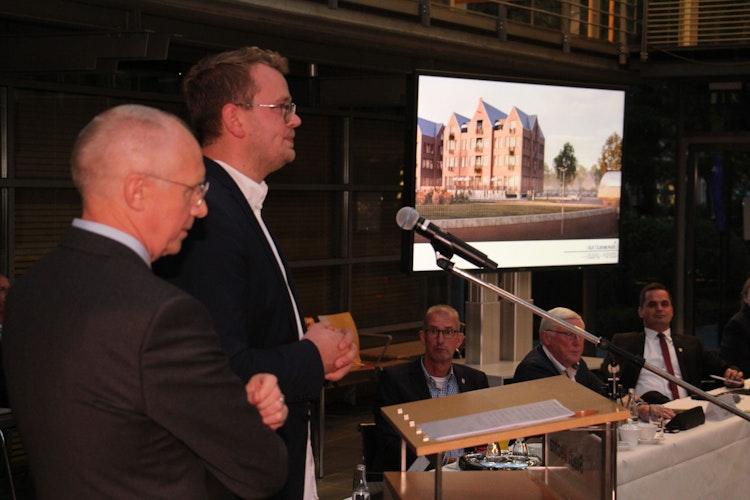 Schulterschluss beim Großprojekt:Architekt Linus Bocklage (2. von links) undManfred Schnieders (links) von der Alten Oldenburger präsentierten ihre gemeinsamen Pläne im Stadtrat. Foto: Speckmann