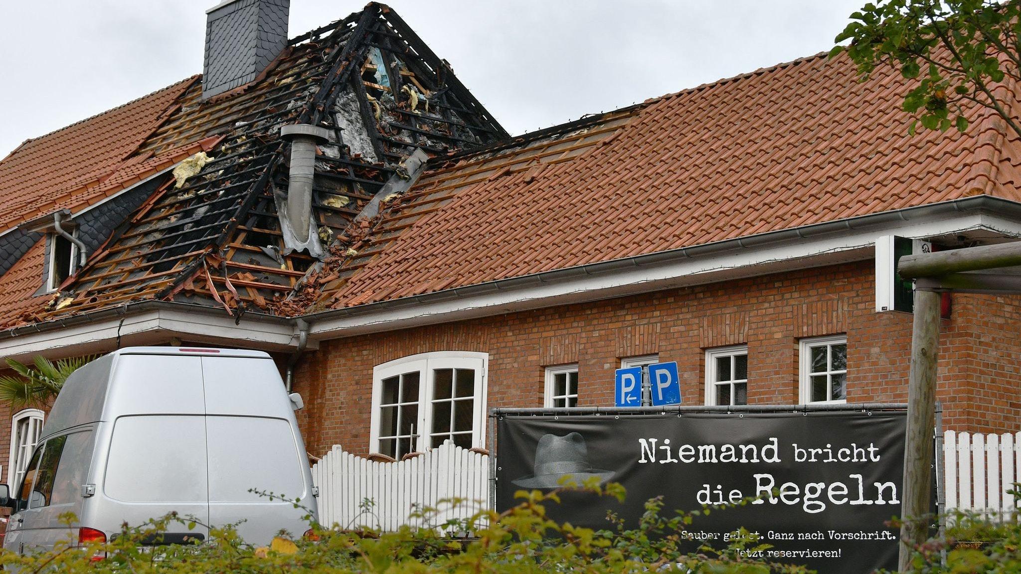 Anschlag in Ganderkesee: Die Polizei steht vor dem Restaurant, das durch Brandstiftung zerstört worden ist. Foto: dpa/NWZ/Konkel