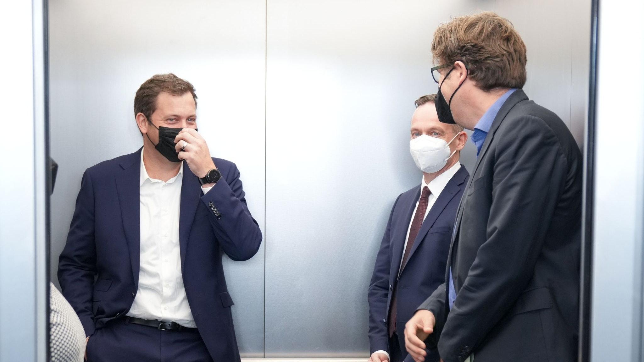 Sondierer:Lars Klingbeil (SPD, von links), Volker Wissing (FDP), und Michael Kellner (Grüne) nach einer Pressekonferenz. Die Gespräche über die Bildung einer Ampel-Koalition gehen in eine erste entscheidende Phase. Foto: Kay Nietfeld/dpa