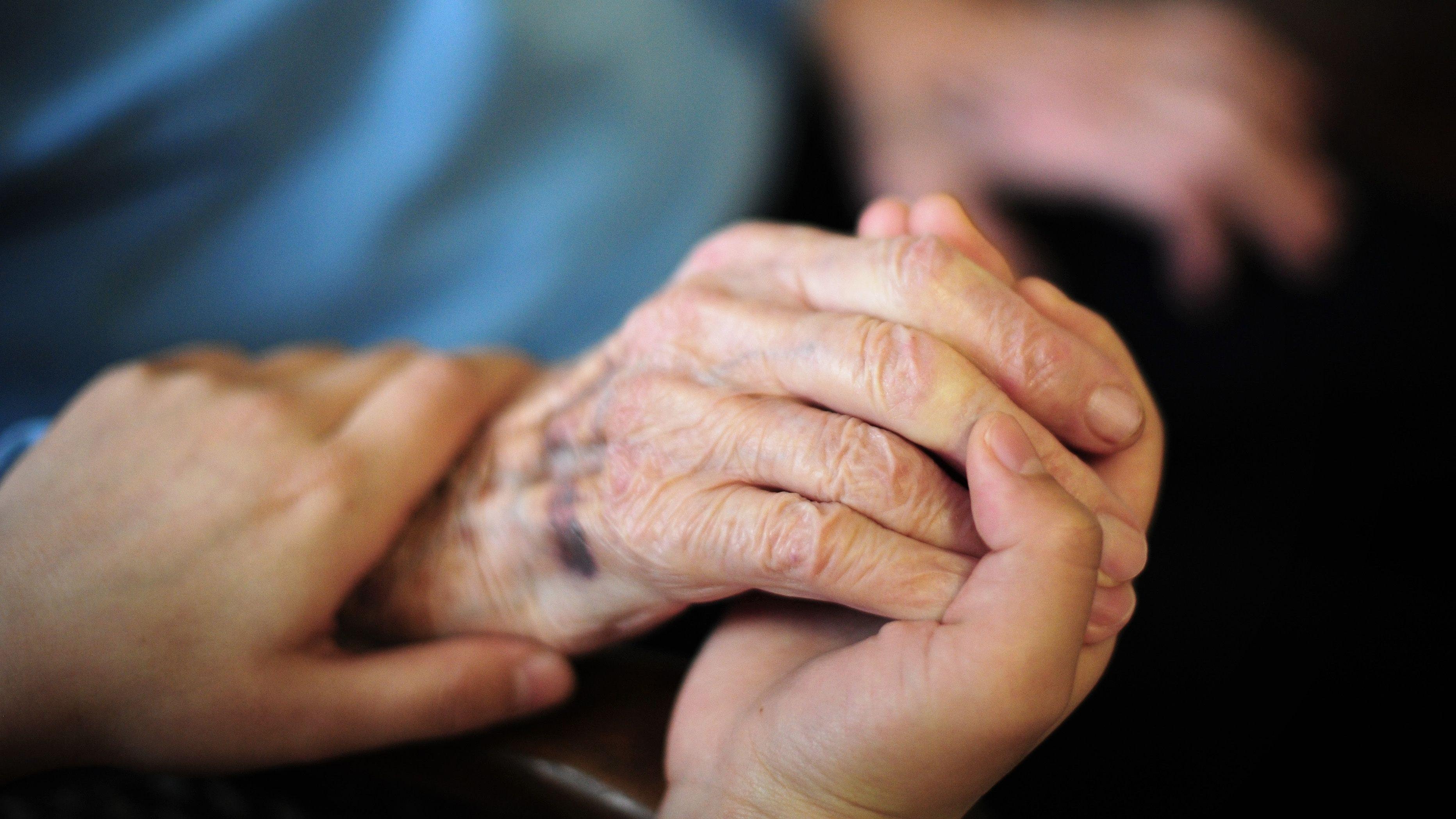 Einfach da sein: Die ehrenamtlichen Hospizmitarbeiterinnen sind Begleiter für sterbende Menschen und ihre Angehörigen. Symbolfoto: dpa/Reinhardt