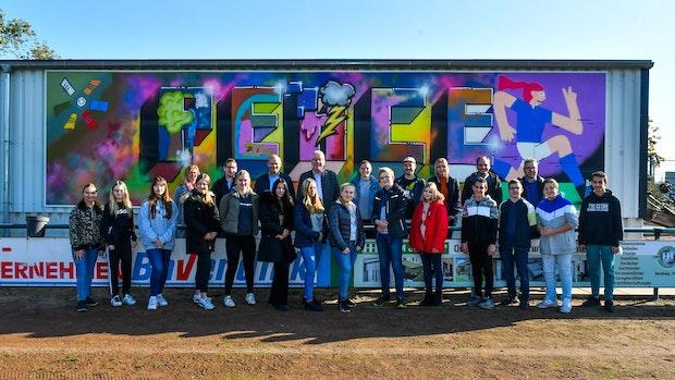 Graffiti-Kunst: Schüler sprühen graue Wand bunt an