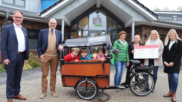 Kita-Kinder gehen im Lastenrad auf Tour