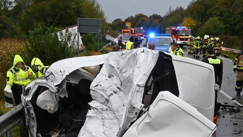 Transporterfahrer stirbt bei schwerem Unfall auf B72